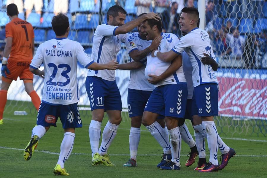 Aitor Sanz celebra el gol con sus compañeros. | SERGIO MÉNDEZ