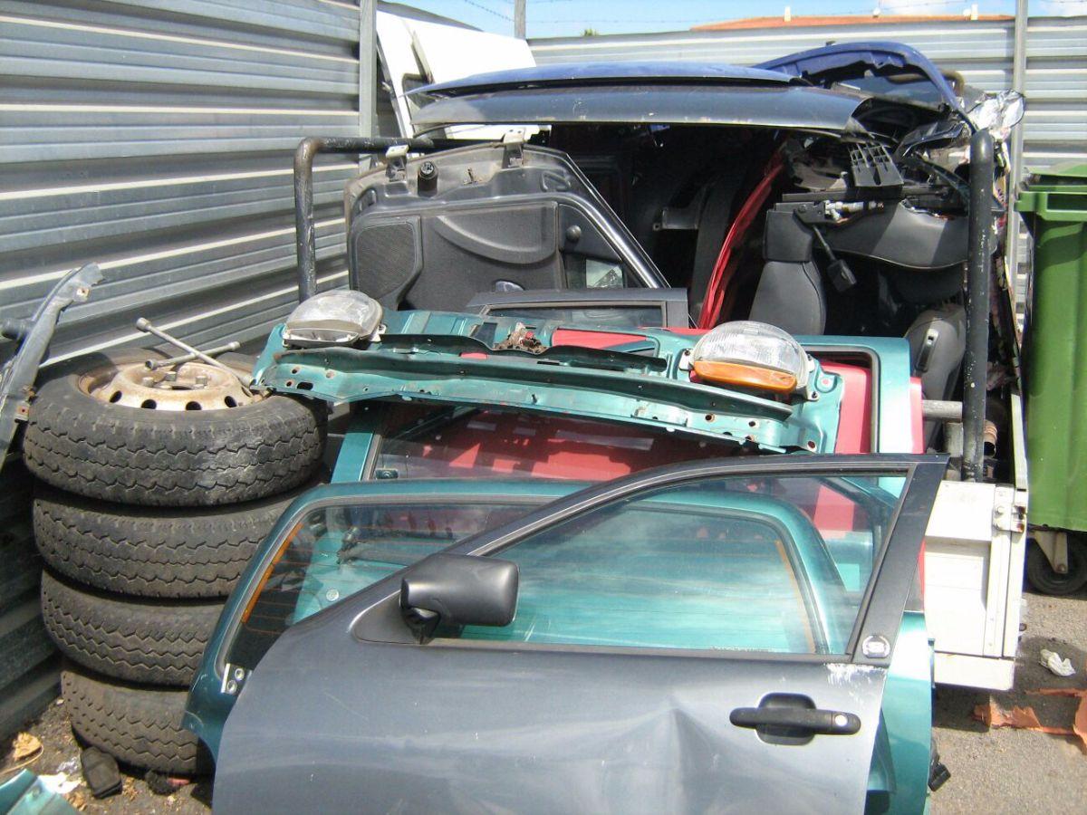 No es un desguace, es un depósito del servicio municipal de grúas en La Laguna, donde supuestamente se sacaban piezas de los coches, algunos de ellos retirados apenas unos días antes. DA