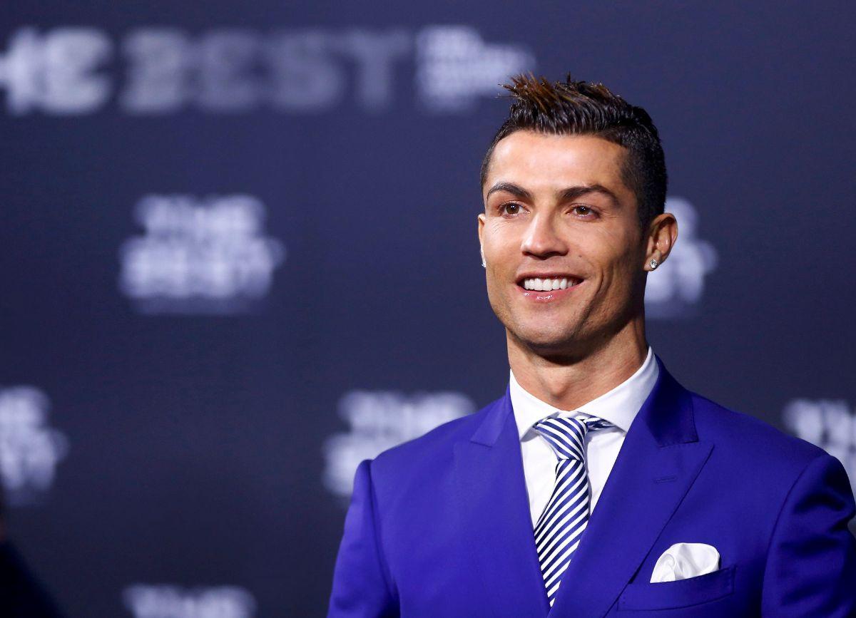 Cristiano Ronaldo recibe el premio de la FIFA a mejor jugador del mundo | FOTO: REUTERS/Arnd Wiegmann
