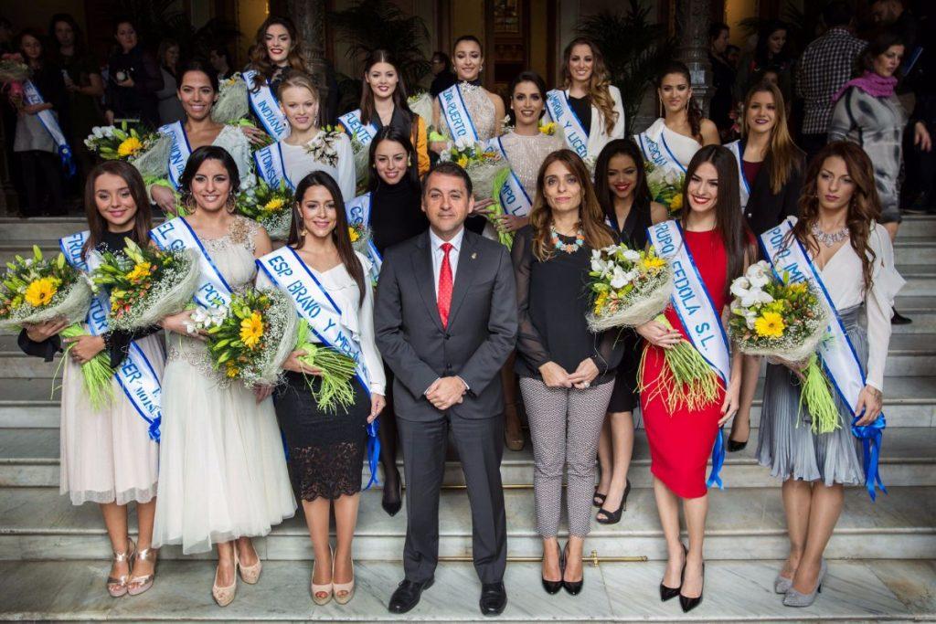 Resultado de imagen de Bermúdez recibe a las 47 aspirantes a reinas del Carnaval de Santa Cruz