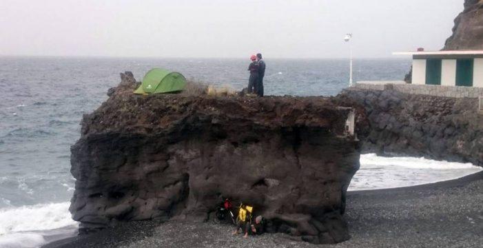 Desalojan de la roca de Puerto Naos a un hombre que acampó sobre ella