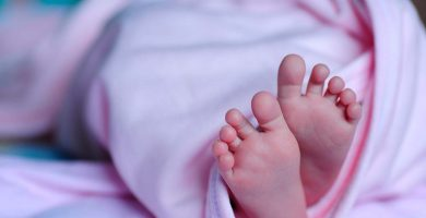 Lanza a su bebé recién nacido por la ventana y se libra de cárcel por ser menor