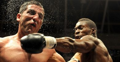 Cheikh Dioum alcanza a un contrario durante un combate pasado