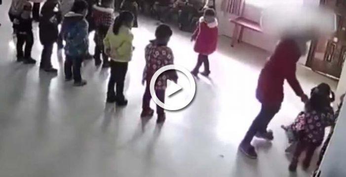Las cámaras de una guardería china graban cómo una profesora pega a dos niñas
