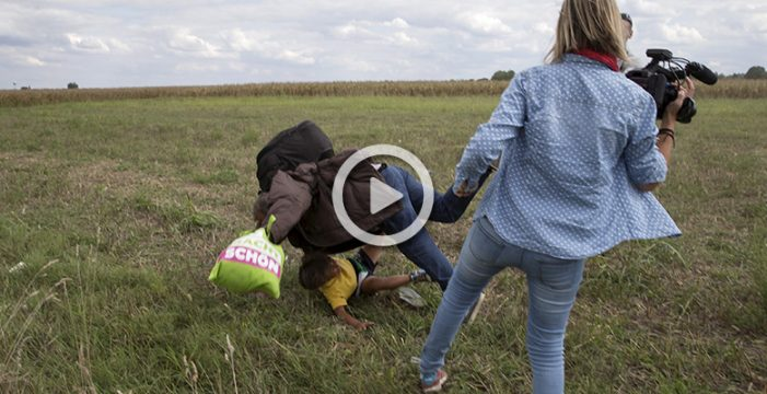 Tres años de libertad condicional para la cámara húngara que golpeó y zancadilleó a refugiados en la frontera