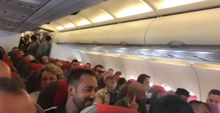 Dedican un poema a la papa canaria en un vuelo a Madrid