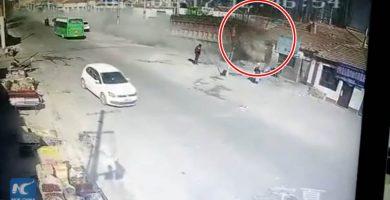 Un camión a gran velocidad arrasa varias casas y mata a cinco personas