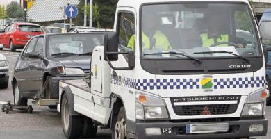 Una grúa municipal retira un vehículo en La Laguna. DA