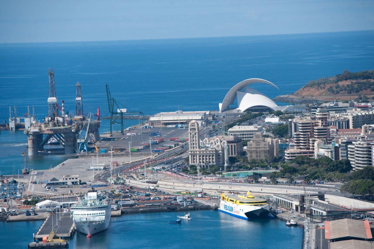 La actividad industrial del puerto capitalino se ha visto intensificada con las plataformas petrolíferas. Fran Pallero