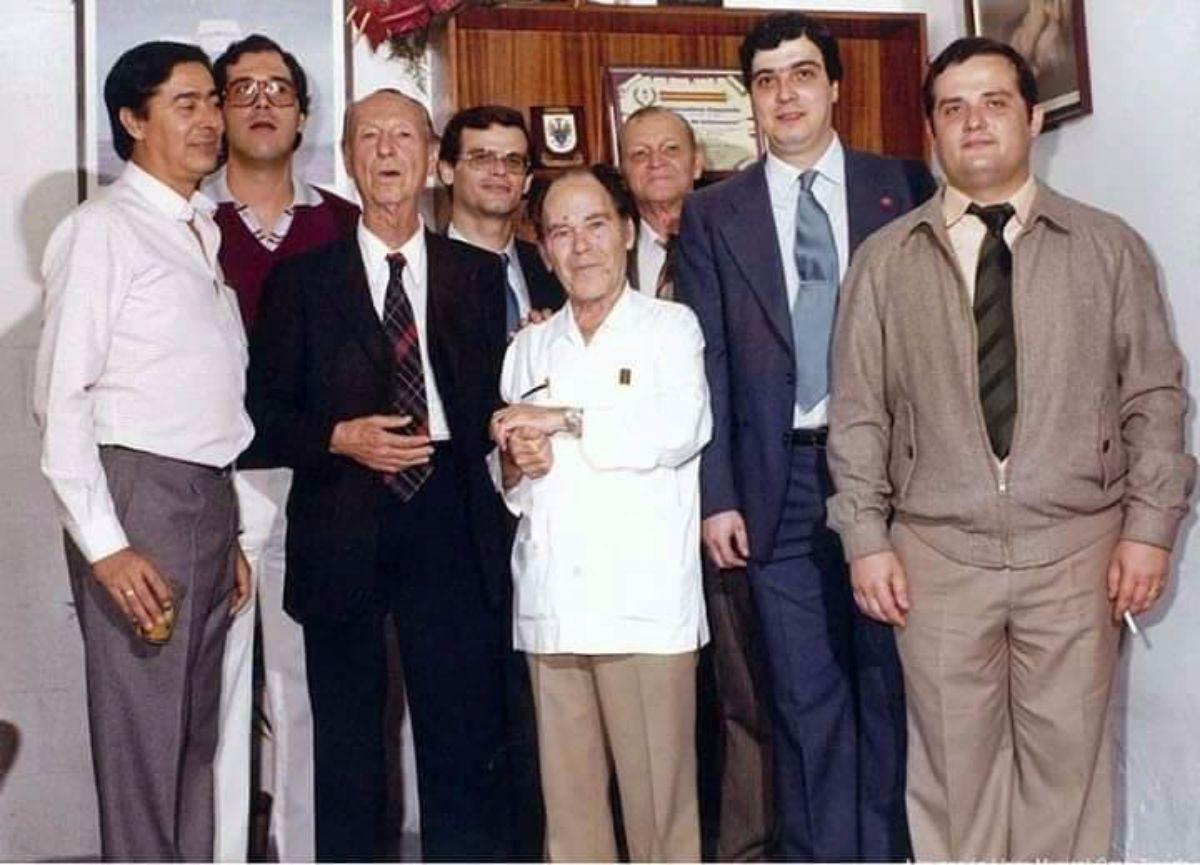 En esta foto antigua aparecen los músicos santacruceros Aníbal Pérez, con guayabera; Pepito Pérez, con traje, y a la izquierda, más joven, Jesús Fariña. El resto son rondalleros. DA