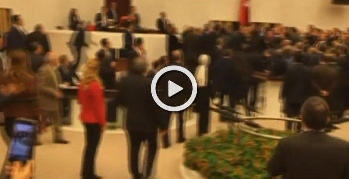 A puñetazos en el Parlamento de Turquía durante el debate sobre la reforma de la Constitución