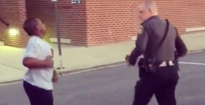 El baile entre un policía y un joven que arrasa en las redes sociales