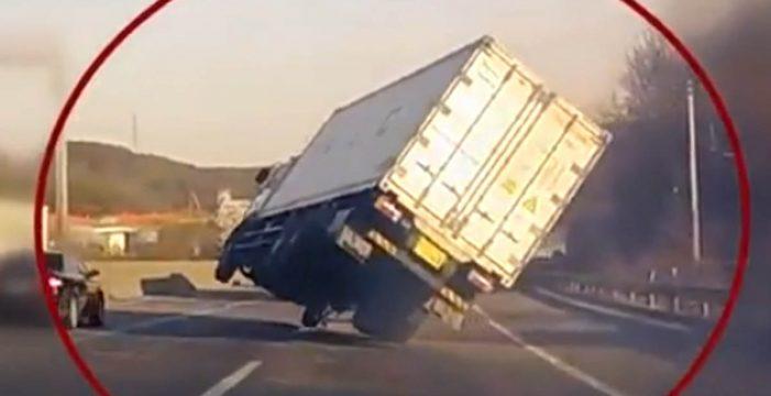 Un camión cruza varios carriles en dos ruedas y no vuelca de milagro