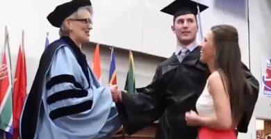 Un estudiante en silla de ruedas cumple su sueño y recoge su diploma caminando