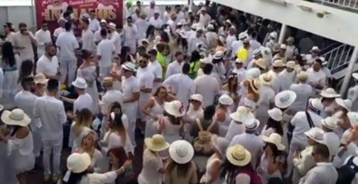 Así disfrutan los carnavaleros que van a los Indianos en barco