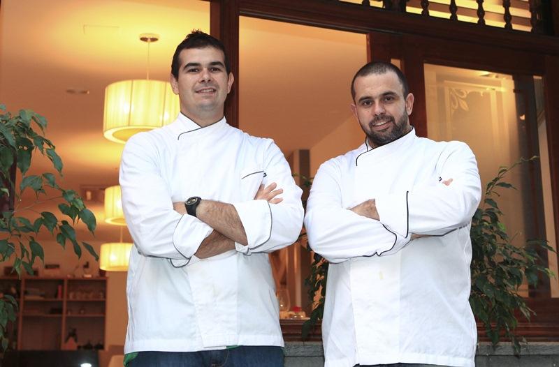 Jonathan y Juan Carlos Padrón posan en el exterior del restaurante de Los Gigantes | J.L. CONDE