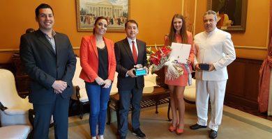 El alcalde de Santa Cruz recibe a la Reina del Hogar Canario Venezolano