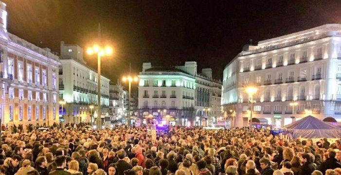 """Cientos de personas gritan en la Puerta del Sol """"borbones a prisión"""""""