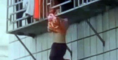 Espectacular rescate de una niña colgada de la cabeza en un balcón
