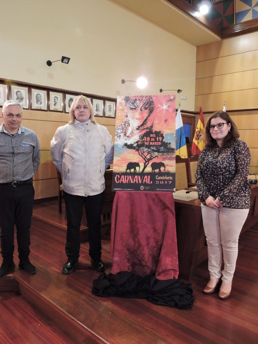 Juan Carlos Armas, Tony Cañadas y la alcaldesa, junto al cartel. Norchi