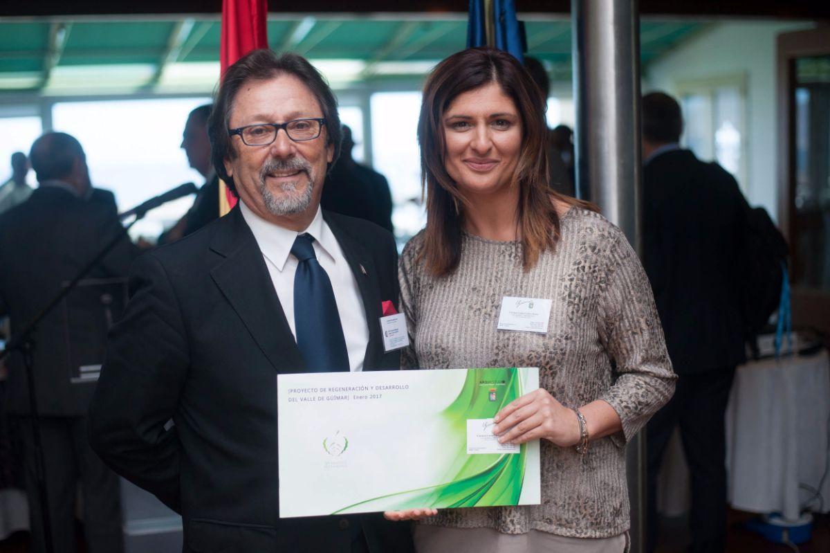 Francisco Esteban, cónsul de Francia en Tenerife, y la alcaldesa de Güímar, Carmen Luisa Castro, con los planos en la mano, ayer antes de la reunión. Fran Pallero