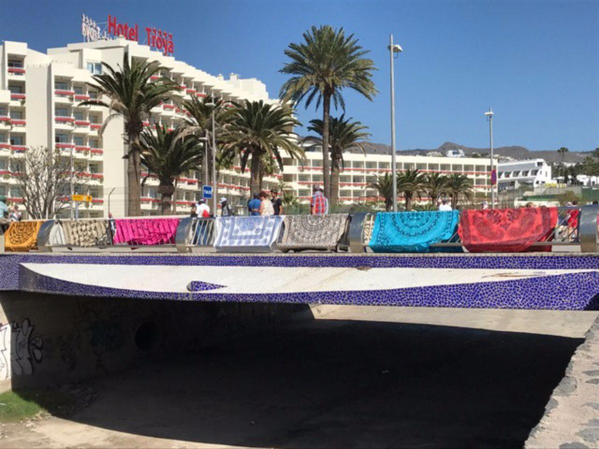 Últimamente prolifera en Playa de Las Américas la venta de mantas, cuya imagen se asemeja a la de ropa tendida. DA