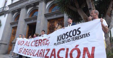 """Los kiosqueros de Las Teresitas seguirán concentrándose hasta que haya """"alguna solución"""""""