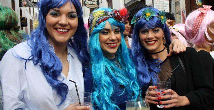 La Fiesta de la Peluca enciende el Carnaval de la capital palmera