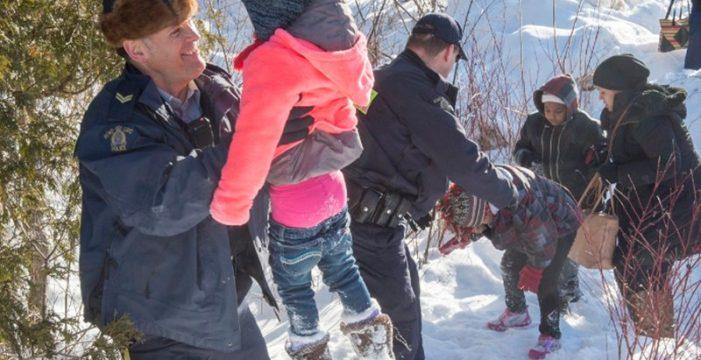 Policías canadienses ayudan a unos refugiados a huir de soldados de EEUU y pasar a Canadá