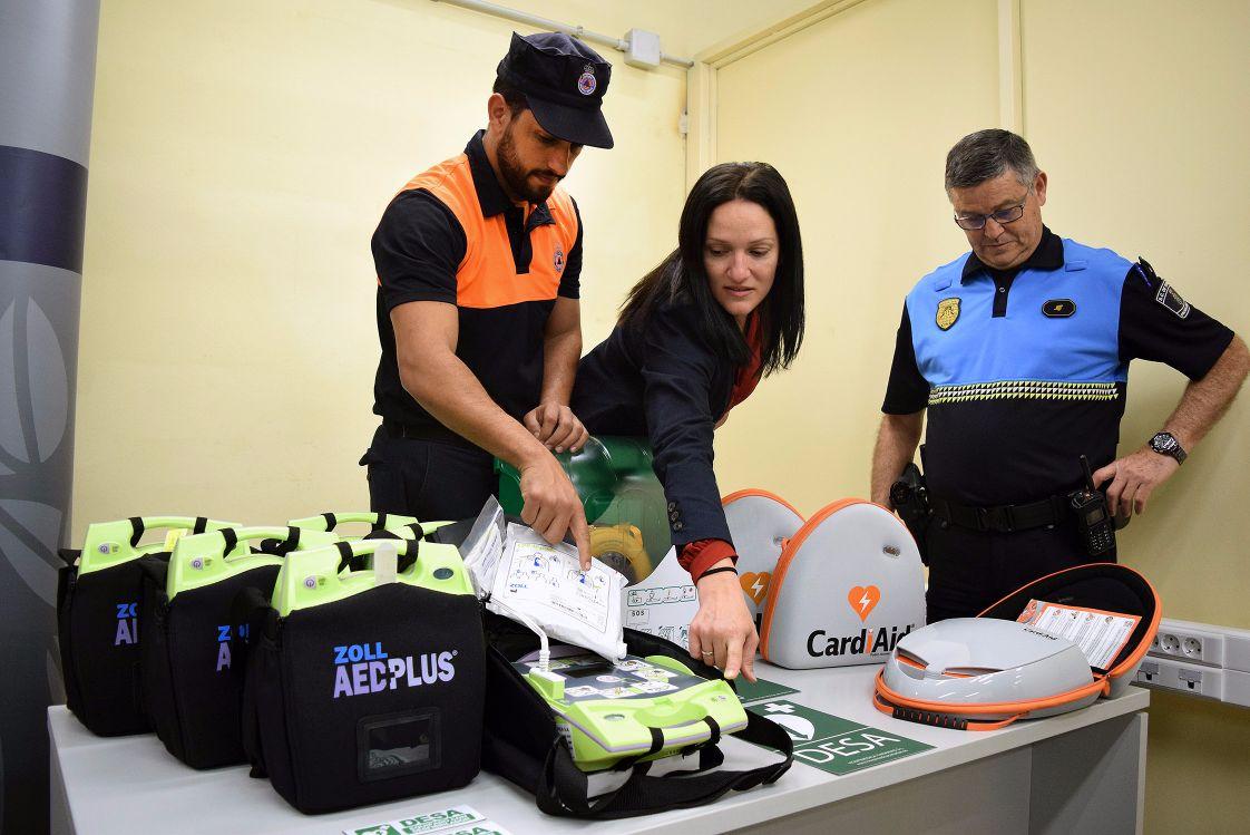 Zaida González, primer teniente de alcalde de Santa Cruz junto a personal de Policía Local y Protección CIvil presentando los nuevos desfibriladores | DA