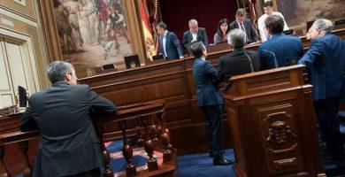 Los expertos sugieren tapar los cuadros del Parlamento canario si ofenden a los diputados