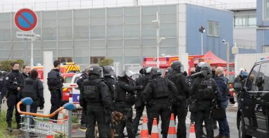 Fuerzas de seguridad gala acordonan el aeropuerto de Paris-Orly para proceder a asegurarlo | REUTERS
