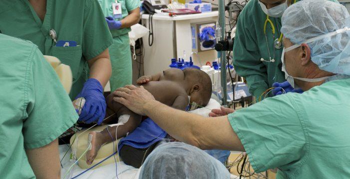 La niña que nació con cuatro piernas y dos espinas dorsales es operada con éxito