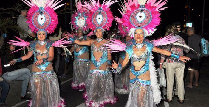 Las principales avenidas de Las Américas se llenan del ritmo y el color del Carnaval