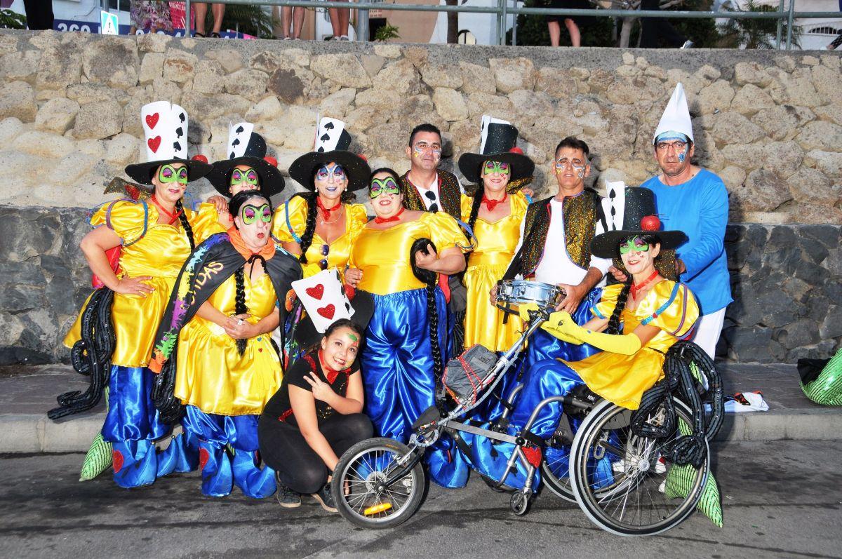 La Cabalgata Anunciadora del Carnaval Internacional de Los Cristianos contó con la participación de 29 comparsas, murgas y grupos de toda la Isla. Gerard Zenou