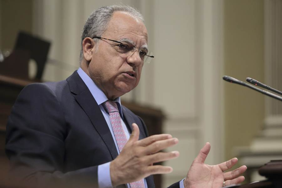 El portavoz parlamentario de Agrupación Socialista Gomera (grupo Mixto), Casimiro Curbelo, durante un pleno. Fran Pallero
