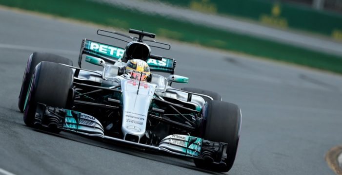 Hamilton, pole de récord en Melbourne; Sainz y Alonso, octavo y decimotercero