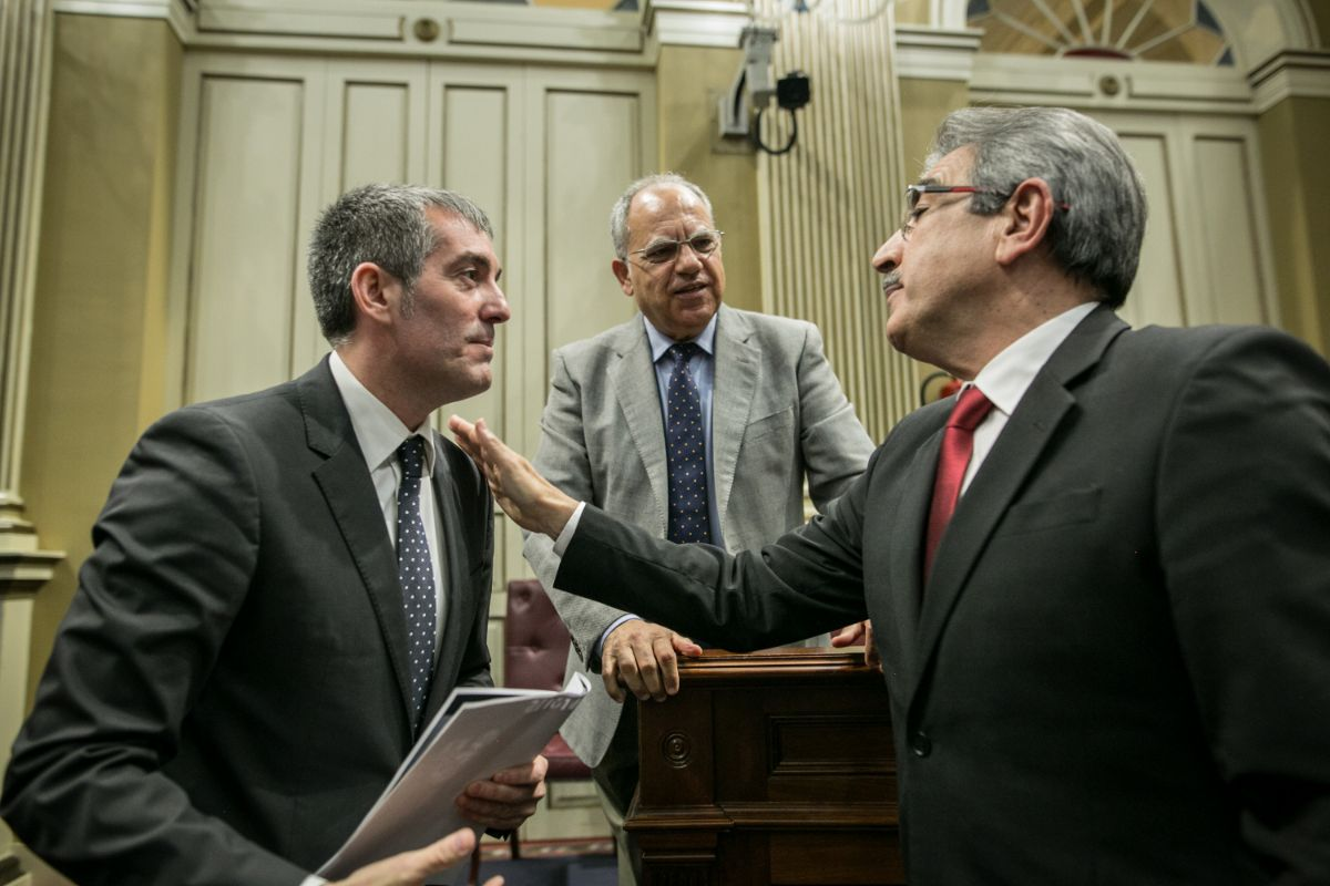 Román Rodríguez (NC) charla con Fernando Clavijo (CC) ante la perspicaz mirada de Casimiro Curbelo (ASG). Román Rodríguez (NC) charla con Fernando Clavijo (CC) ante la perspicaz mirada de Casimiro Curbelo (ASG). / ANDRÉS GUTiÉRREZ