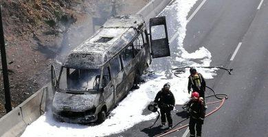 Estado en que quedó el microbus tras ser apagado el incendio por los Bomberos   Sergio Méndez