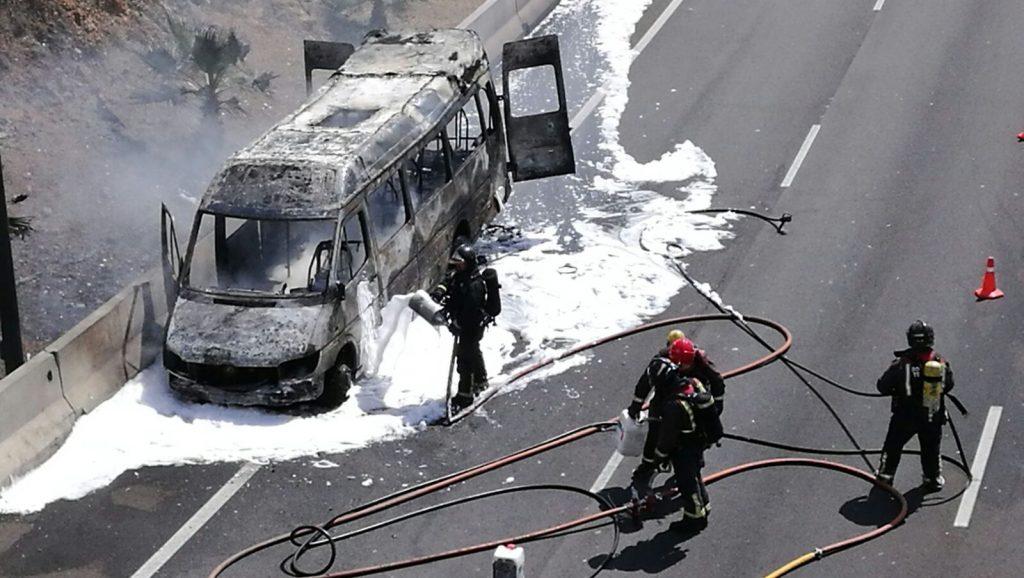 Estado en que quedó el microbus tras ser apagado el incendio por los Bomberos | Sergio Méndez