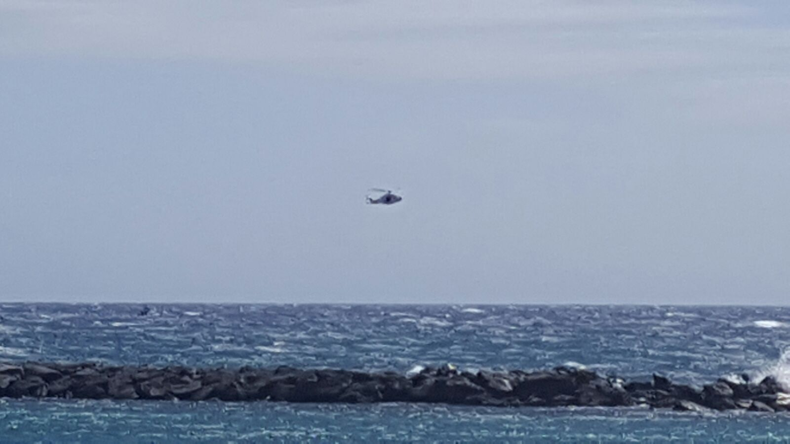 Helicópteros procediendo a la localización de la embarcación y rescate de sus ocupantes   DA