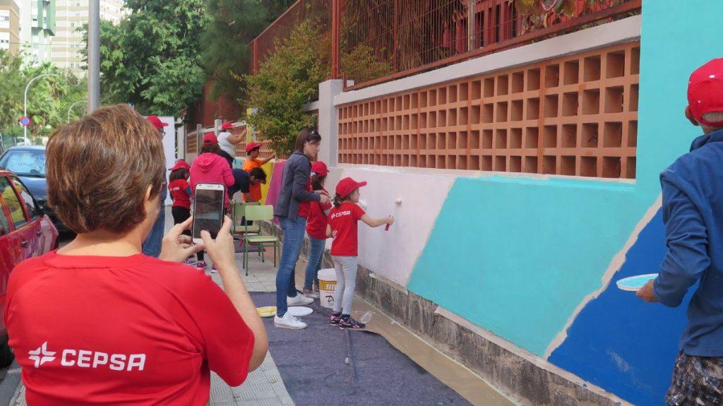 Voluntarios pintan un mural art stico en la pared exterior for Profesores exterior