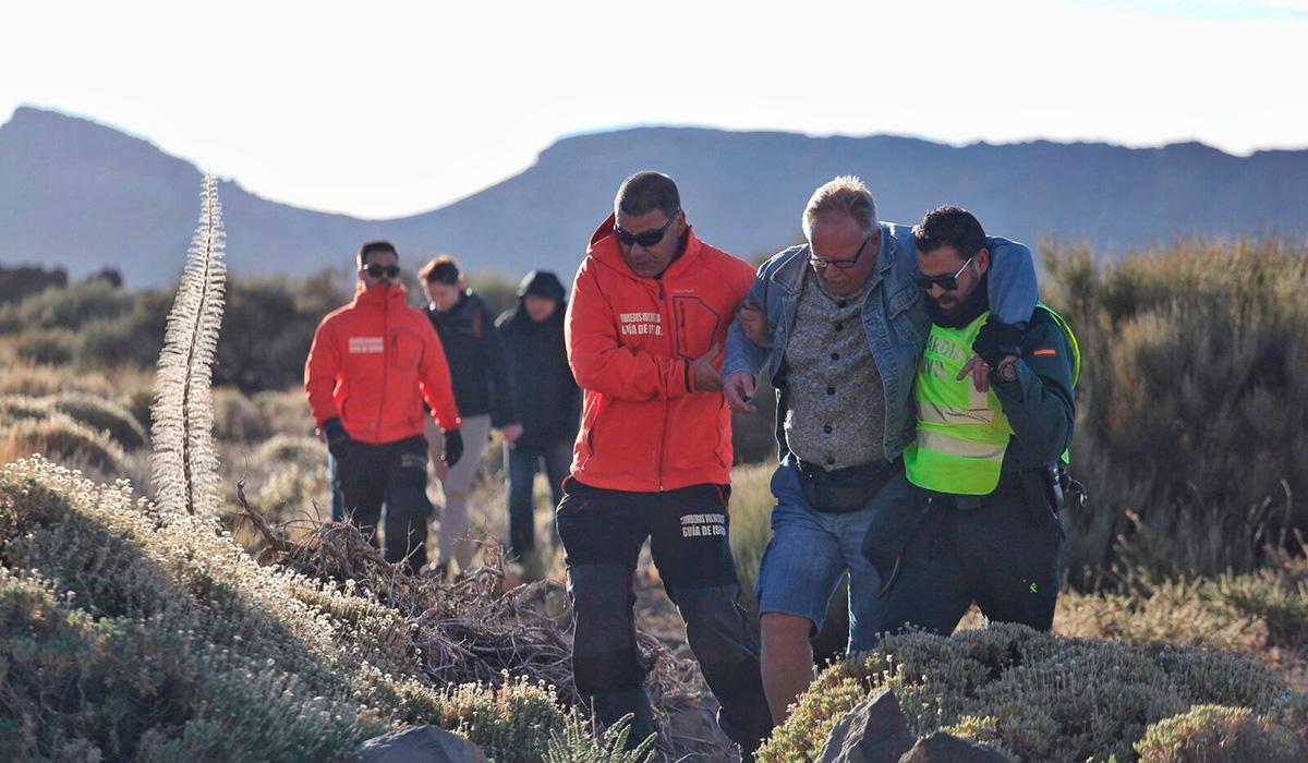 Las primeras evacuaciones desde el refugio y la estación base del teleférico del Teide, en Tenerife, han comenzado a primera hora de este jueves. / ANDRÉS GUTIÉRREZ