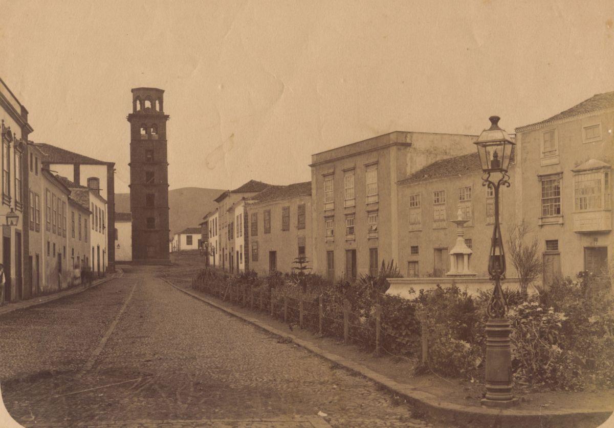 Imágenes antigua (1890) y actual de la calle de La Carrera, cerca de la plaza de la Concepción. Fran Pallero