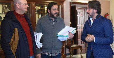 Juan Luis Herrera (I), Rubens Ascanio y Gustavo Matos, ayer, al comienzo de la reunión de la comisión municipal de grúas, en La Laguna. Sergio Méndez