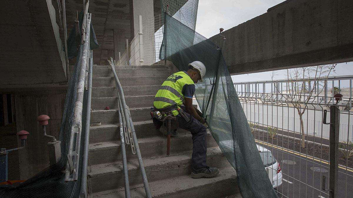 Los operarios de la constructora Sacyr comenzaron de nuevo a trabajar en el día de ayer en el futuro Hospital del Sur. DA