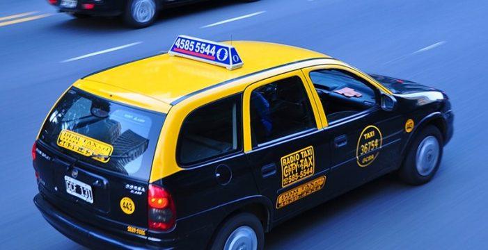 Una mujer sale de un taxi en marcha para escapar de la violación del conductor