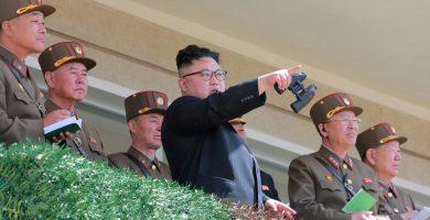 El líder norcoreano Kim Jong Un observa unas maniobras militares de su ejército | REUTERS