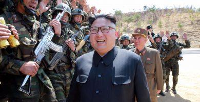 El líder norcoreano Kim Jong Un pasa revista a algunas de sus tropas | REUTERS