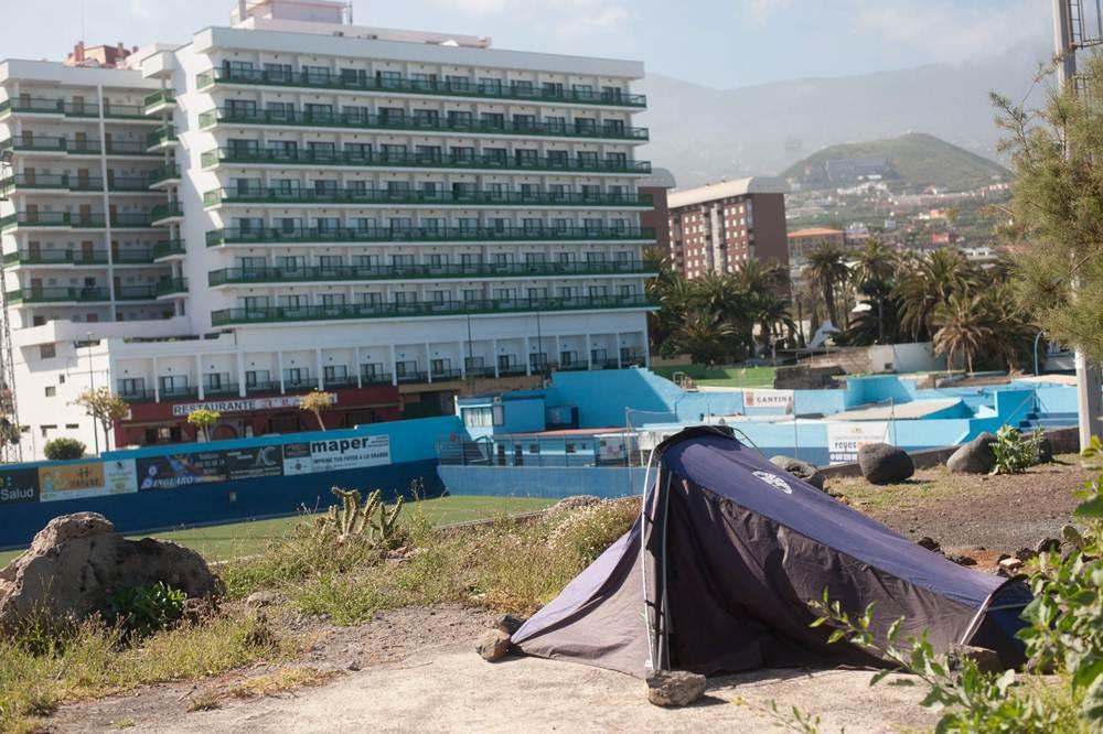 Seis personas de fuera viven hace un mes en casetas de for Piscina municipal puerto de la cruz